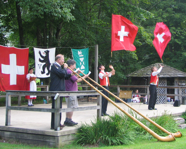Alp_horns_and_flag_throwing_standard